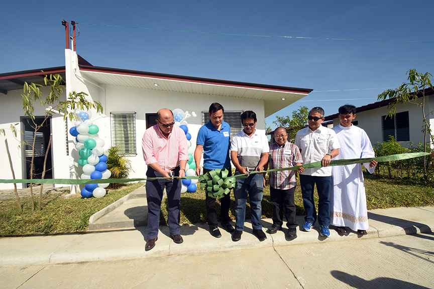 ALABEL, Sarangani (December 2, 2016) – On November 25 was the inauguration of the model unit led by Sarangani Gov. Steve Solon, Former Sarangani Gov. Miguel Dominguez with Councilors Joel Aton and Jimmy Catulong, and Alsons Dev Vice President and General Manager Eric de la Costa. In attendance were executives of Alsons Dev, as well as local brokers and agents, who came with their prospects. This eight-hectare development project is strategically located beside Sarangani Capitol Complex. (SARANGANI INFORMATION OFFICE/Jake T. Narte)