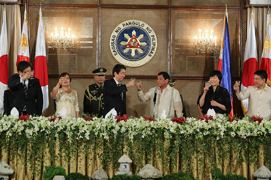 CHEERS TO STRONGER TIES. President Rodrigo Roa Duterte and Japan Prime Minister Shinzo Abe raise their glasses for a toast during the State Banquet at the Rizal Hall in Malacañan Palace on January 12, 2017. Also in the photo are (leftmost) Honeylet Avanceña, Akie Abe (second from right) and (rightmost) Senate President Aquilino 'Koko' Pimentel III. ALBERT ALCAIN/Presidential Photo