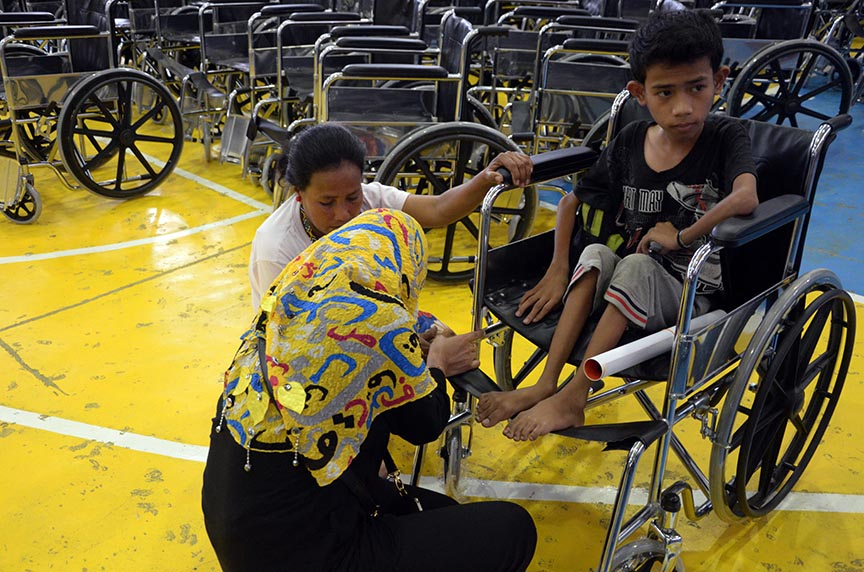MAITUM, Sarangani (January 7, 2017) – A Department of Heath personnel assists a parent of one of the beneficiaries of the Handog Pasasalamat of the provincial government and the local government unit of Maitum Friday, January 6. The beneficiaries of 45 wheelchairs were persons with disability (PWDs) and senior citizens. (John James I. Doctor/MAITUM INFORMATION OFFICE)