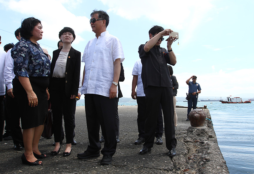 Vice Premier Wang Yang (right) of the People's Republic of China conducts a site inspection with National Economic and Development Authority (NEDA) 11 director Maria Lourdes Lim and other Chinese officials to the proposed Port and Coastal Development project at Sta. Ana Port in Davao City on Saturday. Newsline Photo