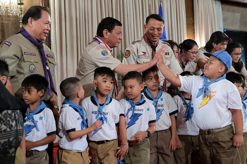 HIGH FIVE. President Rodrigo Roa Duterte interacts with one of the members of the Kabataan Imumulat Diwa (KID) Scout following a photo opportunity during the Baden Powell Day of the World Scout Organization of the Scout Movement and Investiture Ceremony of the Boy Scout of the Philippines (BSP) at the Rizal Hall in Malacañan Palace on April 3, 2017. ROBINSON NIÑAL JR./Presidential Photo