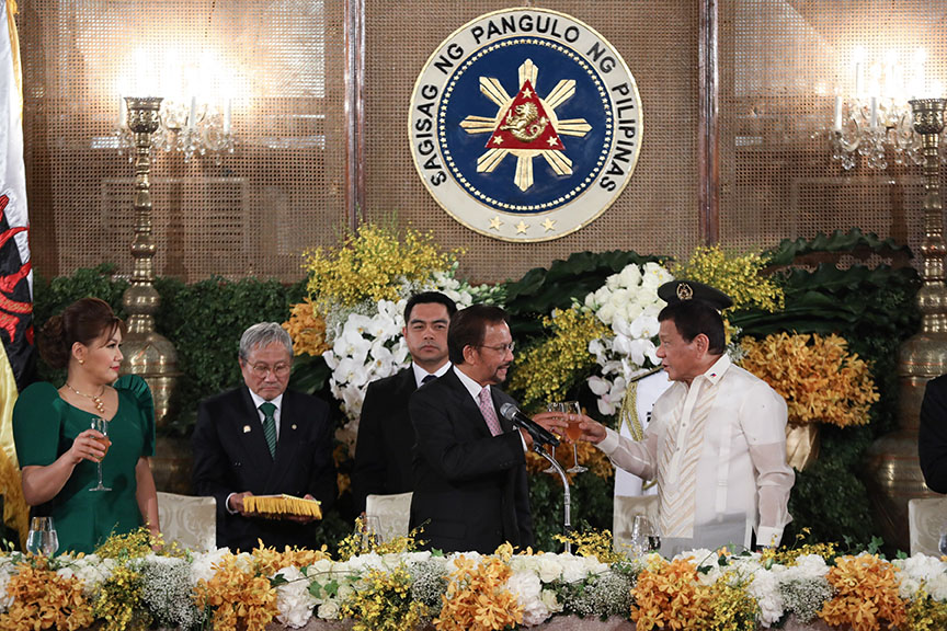 President Rodrigo Roa Duterte and Brunei Haji Hassanal Bolkiah Mu'izzaddin Waddaulah clink their glasses after they each proposed a toast to the longtime friendship of both their countries during the state banquet hosted by the President at Malacañan Palace on April 27, 2017. PRESIDENTIAL PHOTO