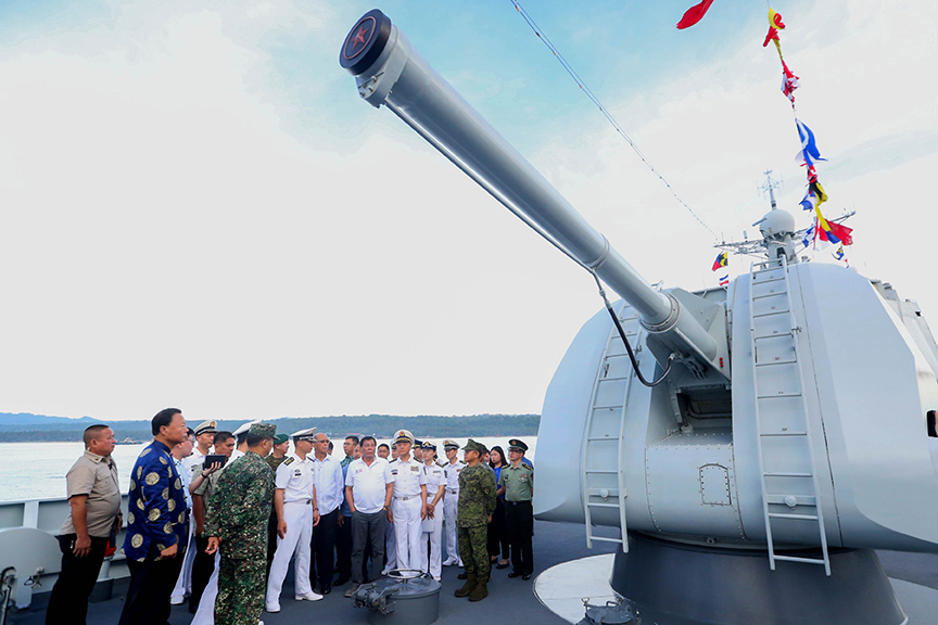 The President was given a tour inside the Chinese Vessel Chang Chun where he was able to see the armaments, the deck, the bridge navigation system as well as the operations room command and control system. The Chinese PLAN officers also presented tokens to the President during his tour. PRESIDENTIAL PHOTOS