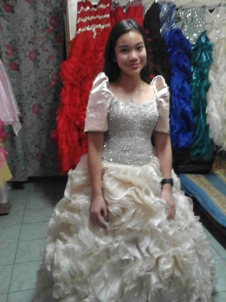 Anak ni Pangulong Duterte na si Kitty ay kumikinang sa kanyang Rented Gown para sa Linggo ng Wika